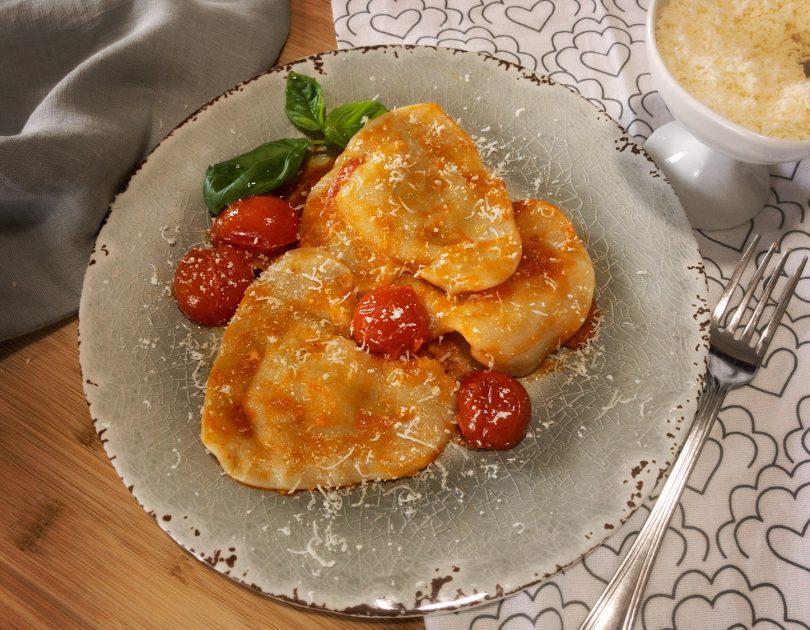 Cuori ripieni di ricotta e melenzane su letto di pomodori e peperoncino