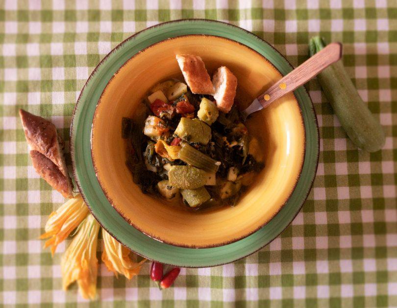 Zuppa di zucchine e fiori di zucca