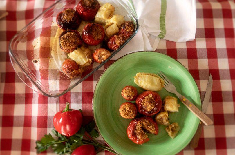 Pomodori, peperoni e patate ripiene
